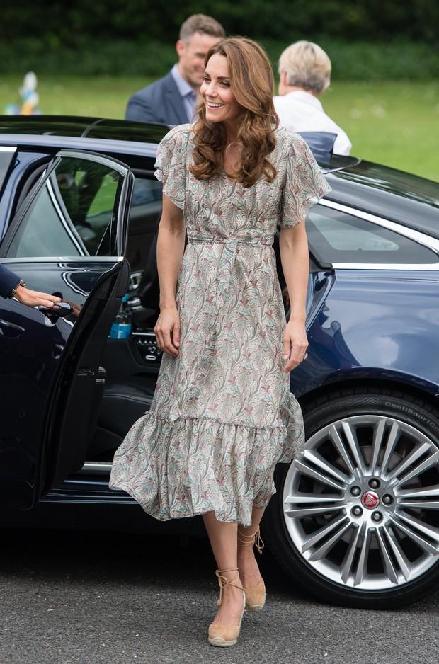 Chỉ vì sơ suất này khi trang điểm, Công nương Kate dù diện váy trẻ trung vẫn không thể che được dấu hiệu tuổi tác - Ảnh 3.