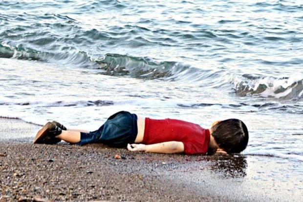Những bức ảnh lay động lòng người cho thấy sự tàn nhẫn của thảm họa di cư, khi hàng rào thép gai nơi biên giới cứa nát cuộc đời những đứa trẻ - Ảnh 2.