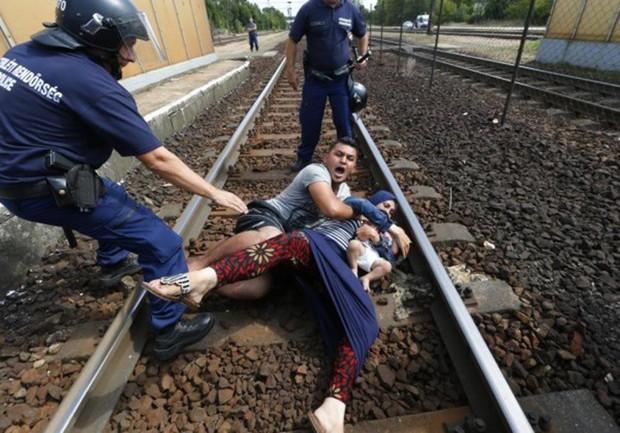 Những bức ảnh lay động lòng người cho thấy sự tàn nhẫn của thảm họa di cư, khi hàng rào thép gai nơi biên giới cứa nát cuộc đời những đứa trẻ - Ảnh 20.