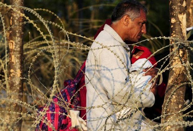 Những bức ảnh lay động lòng người cho thấy sự tàn nhẫn của thảm họa di cư, khi hàng rào thép gai nơi biên giới cứa nát cuộc đời những đứa trẻ - Ảnh 22.