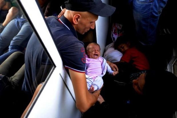 Những bức ảnh lay động lòng người cho thấy sự tàn nhẫn của thảm họa di cư, khi hàng rào thép gai nơi biên giới cứa nát cuộc đời những đứa trẻ - Ảnh 23.