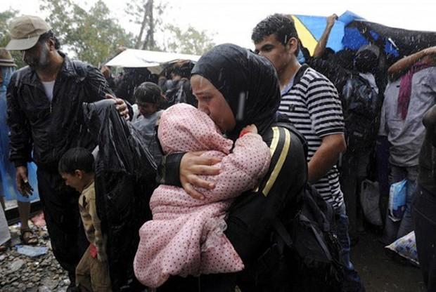 Những bức ảnh lay động lòng người cho thấy sự tàn nhẫn của thảm họa di cư, khi hàng rào thép gai nơi biên giới cứa nát cuộc đời những đứa trẻ - Ảnh 24.