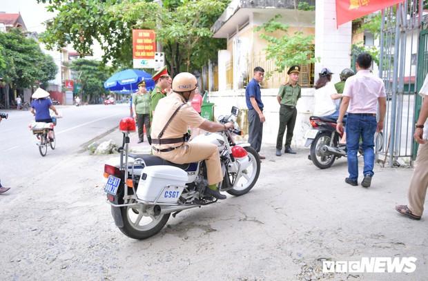 Ảnh: Cảnh sát Hà Giang dùng xe chuyên dụng hú còi hộ tống thí sinh ngủ muộn đến điểm thi - Ảnh 4.