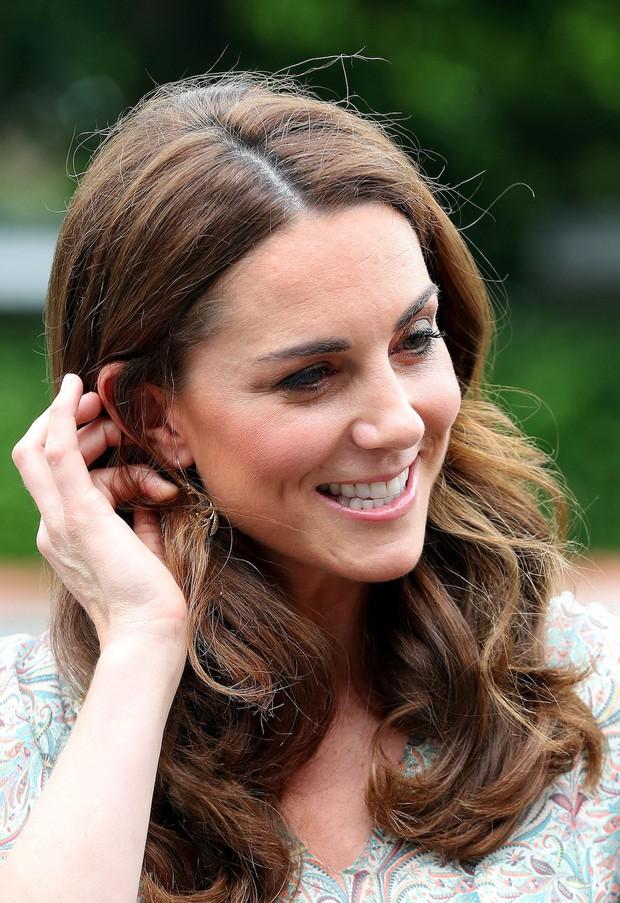 Chỉ vì sơ suất này khi trang điểm, Công nương Kate dù diện váy trẻ trung vẫn không thể che được dấu hiệu tuổi tác - Ảnh 4.