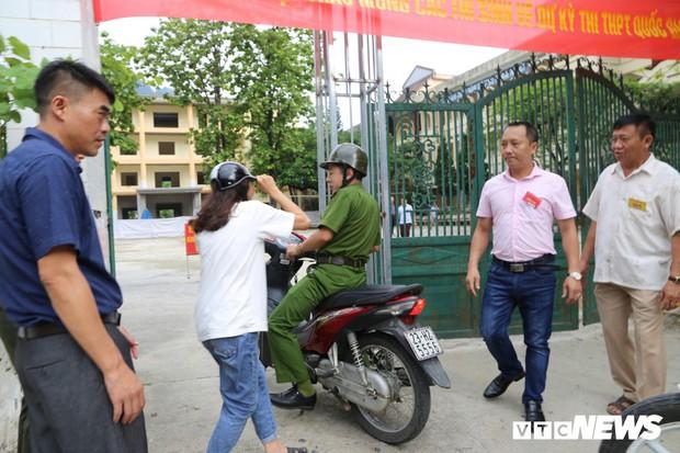 Ảnh: Cảnh sát Hà Giang dùng xe chuyên dụng hú còi hộ tống thí sinh ngủ muộn đến điểm thi - Ảnh 5.