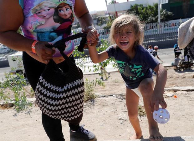 Những bức ảnh lay động lòng người cho thấy sự tàn nhẫn của thảm họa di cư, khi hàng rào thép gai nơi biên giới cứa nát cuộc đời những đứa trẻ - Ảnh 4.
