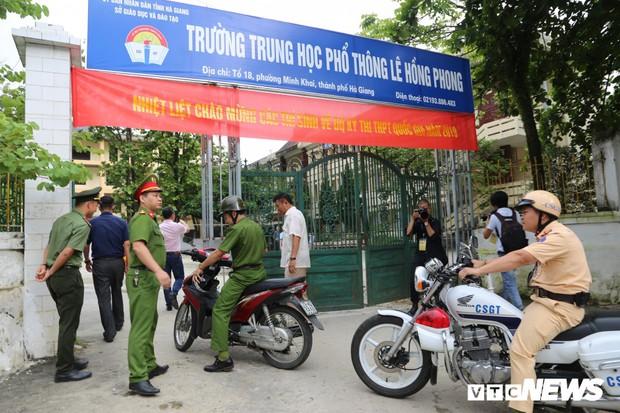 Ảnh: Cảnh sát Hà Giang dùng xe chuyên dụng hú còi hộ tống thí sinh ngủ muộn đến điểm thi - Ảnh 6.