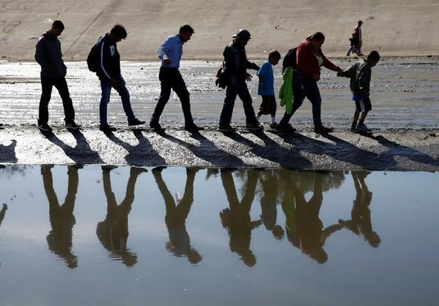 Những bức ảnh lay động lòng người cho thấy sự tàn nhẫn của thảm họa di cư, khi hàng rào thép gai nơi biên giới cứa nát cuộc đời những đứa trẻ - Ảnh 5.