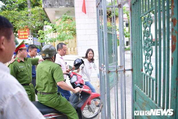 Ảnh: Cảnh sát Hà Giang dùng xe chuyên dụng hú còi hộ tống thí sinh ngủ muộn đến điểm thi - Ảnh 7.