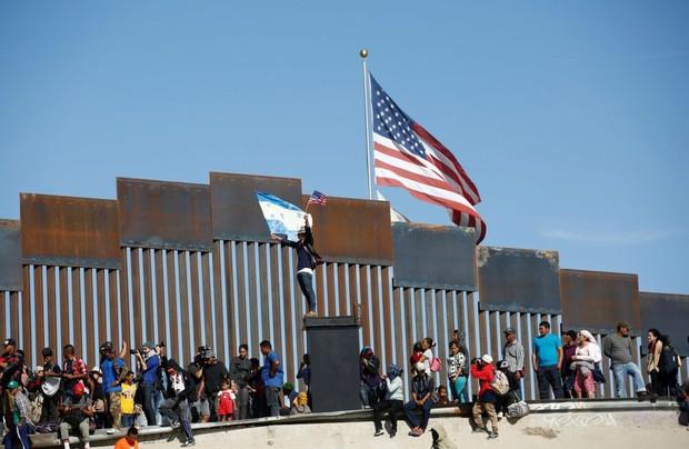 Những bức ảnh lay động lòng người cho thấy sự tàn nhẫn của thảm họa di cư, khi hàng rào thép gai nơi biên giới cứa nát cuộc đời những đứa trẻ - Ảnh 6.