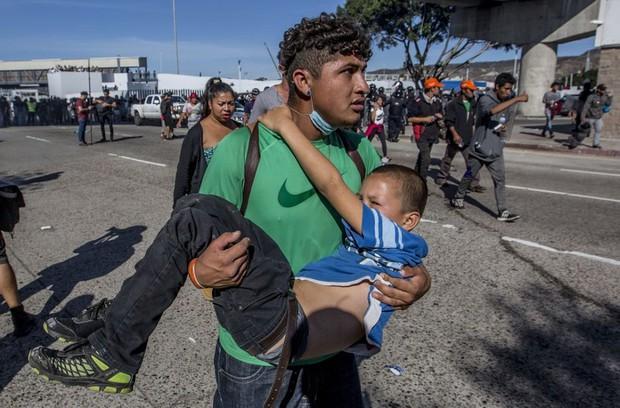 Những bức ảnh lay động lòng người cho thấy sự tàn nhẫn của thảm họa di cư, khi hàng rào thép gai nơi biên giới cứa nát cuộc đời những đứa trẻ - Ảnh 8.