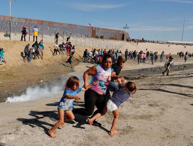 Những bức ảnh lay động lòng người cho thấy sự tàn nhẫn của thảm họa di cư, khi hàng rào thép gai nơi biên giới cứa nát cuộc đời những đứa trẻ - Ảnh 9.