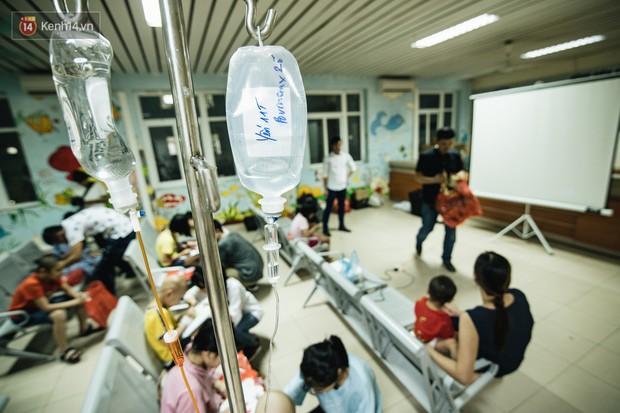Rạp chiếu bóng ở viện K: Những đứa trẻ đẩy ống truyền thuốc đi xem phim hoạt hình - Ảnh 2.