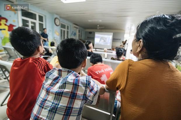 Rạp chiếu bóng ở viện K: Những đứa trẻ đẩy ống truyền thuốc đi xem phim hoạt hình - Ảnh 7.