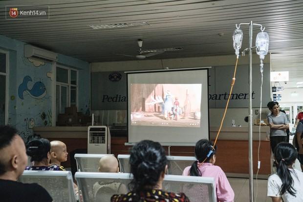 Rạp chiếu bóng ở viện K: Những đứa trẻ đẩy ống truyền thuốc đi xem phim hoạt hình - Ảnh 4.