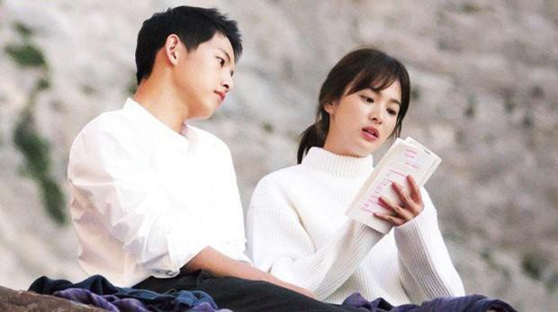 """Từng nên duyên tại bãi biển thiên đường này, chẳng ai ngờ sau 1 năm 8 tháng Song Joong Ki và Song Hye Kyo đã chính thức đường ai nấy đi"""" - Ảnh 1."""