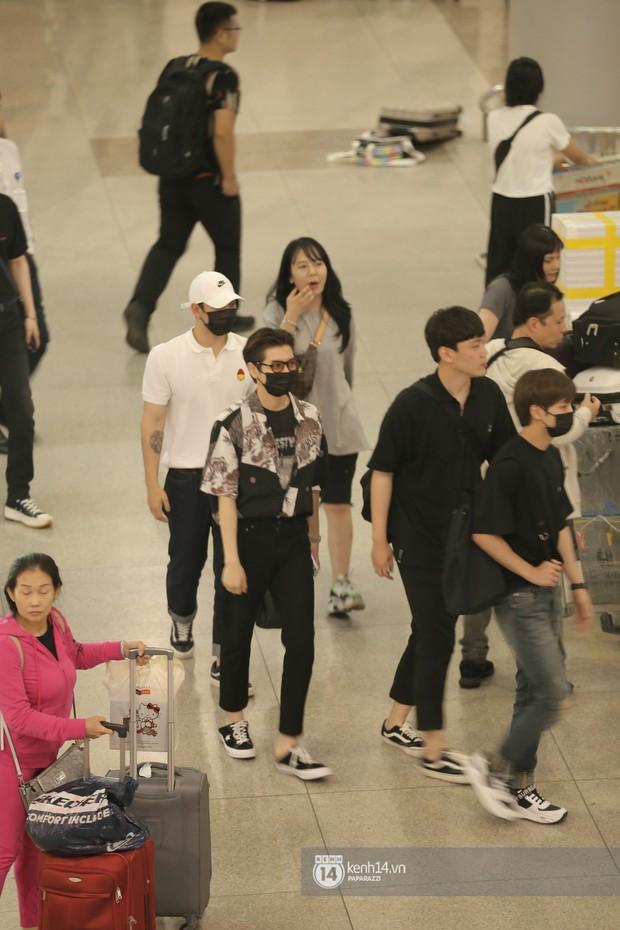 Dàn trai đẹp NUEST đổ bộ sân bay Tân Sơn Nhất, nam thần hiếm có Kpop Hwang Min Hyun nổi bần bật giữa biển fan - Ảnh 1.