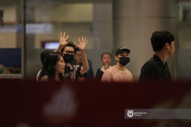 Dàn trai đẹp NUEST đổ bộ sân bay Tân Sơn Nhất, nam thần hiếm có Kpop Hwang Min Hyun nổi bần bật giữa biển fan - Ảnh 2.