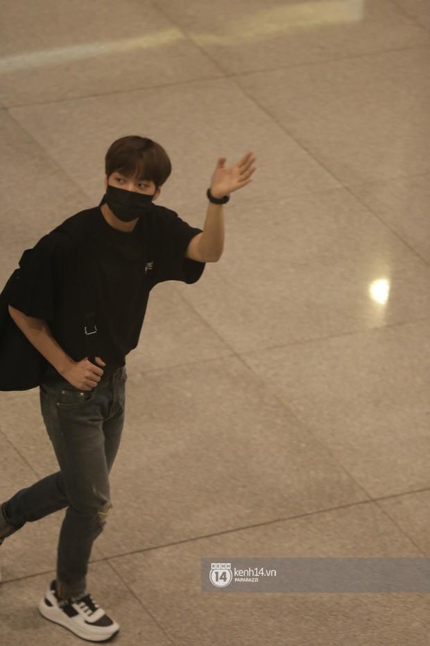 Dàn trai đẹp NUEST đổ bộ sân bay Tân Sơn Nhất, nam thần hiếm có Kpop Hwang Min Hyun nổi bần bật giữa biển fan - Ảnh 6.