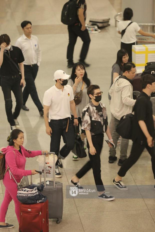 Dàn trai đẹp NUEST đổ bộ sân bay Tân Sơn Nhất, nam thần hiếm có Kpop Hwang Min Hyun nổi bần bật giữa biển fan - Ảnh 7.