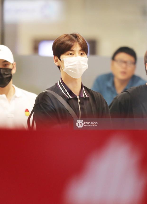 Dàn trai đẹp NUEST đổ bộ sân bay Tân Sơn Nhất, nam thần hiếm có Kpop Hwang Min Hyun nổi bần bật giữa biển fan - Ảnh 4.