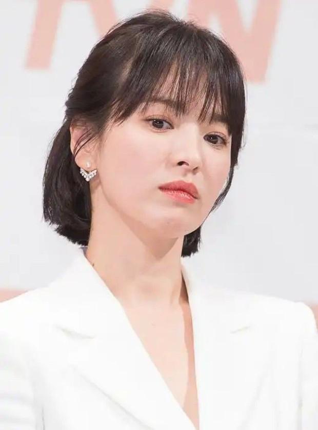 Tiểu tam đồng nghiệp từng ở lại nhà Song Joong Ki, khiến bà cả Song Hye Kyo tức điên lên xoá sạch ảnh trên Instagram? - Ảnh 3.