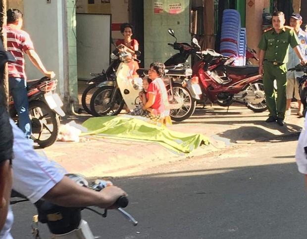 TP. HCM: Nam thanh niên rơi từ lầu cao xuống đất tử vong, mẹ đau đớn khóc nghẹn bên thi thể con - Ảnh 1.