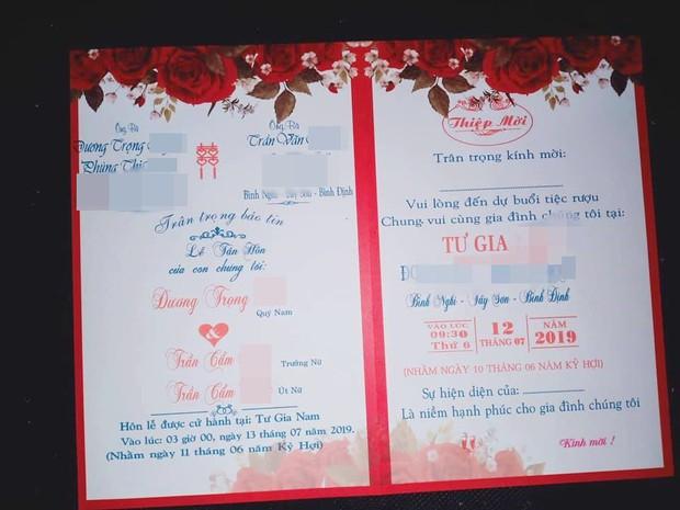 Hình ảnh tấm thiệp cưới ghi tên một chú rể nhưng có đến tận 2 cô dâu là chị em ruột ở Bình Định khiến nhiều người xôn xao - Ảnh 1.