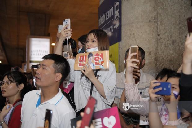 Dàn trai đẹp NUEST đổ bộ sân bay Tân Sơn Nhất, nam thần hiếm có Kpop Hwang Min Hyun nổi bần bật giữa biển fan - Ảnh 17.