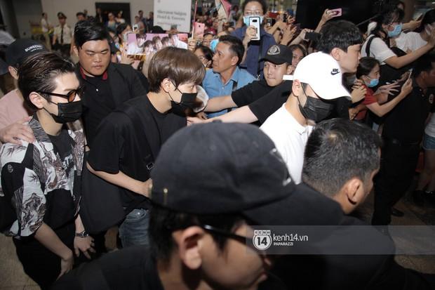 Dàn trai đẹp NUEST đổ bộ sân bay Tân Sơn Nhất, nam thần hiếm có Kpop Hwang Min Hyun nổi bần bật giữa biển fan - Ảnh 13.