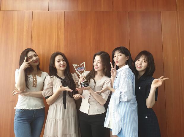 Red Velvet ôm cúp, (G)I-DLE trở lại cực ngầu cũng không hot bằng màn debut của idol Nga với gương mặt đẹp tựa Nancy - Ảnh 1.