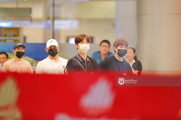 Dàn trai đẹp NUEST đổ bộ sân bay Tân Sơn Nhất, nam thần hiếm có Kpop Hwang Min Hyun nổi bần bật giữa biển fan - Ảnh 3.