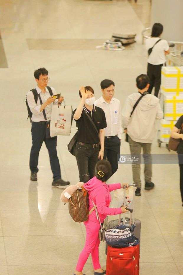 Dàn trai đẹp NUEST đổ bộ sân bay Tân Sơn Nhất, nam thần hiếm có Kpop Hwang Min Hyun nổi bần bật giữa biển fan - Ảnh 5.