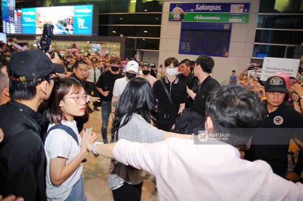 Dàn trai đẹp NUEST đổ bộ sân bay Tân Sơn Nhất, nam thần hiếm có Kpop Hwang Min Hyun nổi bần bật giữa biển fan - Ảnh 12.
