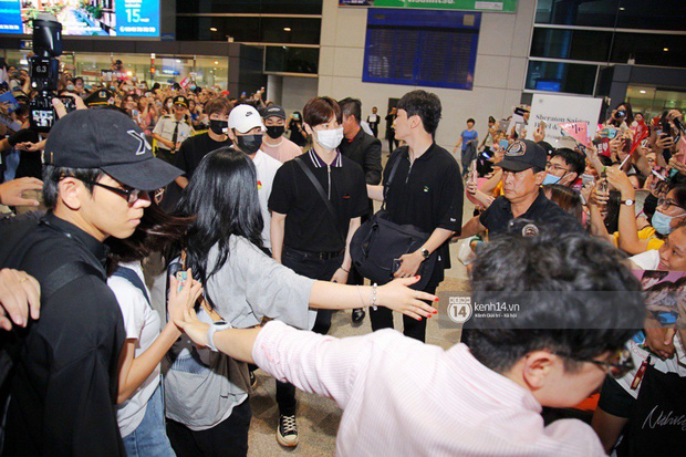 Dàn trai đẹp NUEST đổ bộ sân bay Tân Sơn Nhất, nam thần hiếm có Kpop Hwang Min Hyun nổi bần bật giữa biển fan - Ảnh 11.