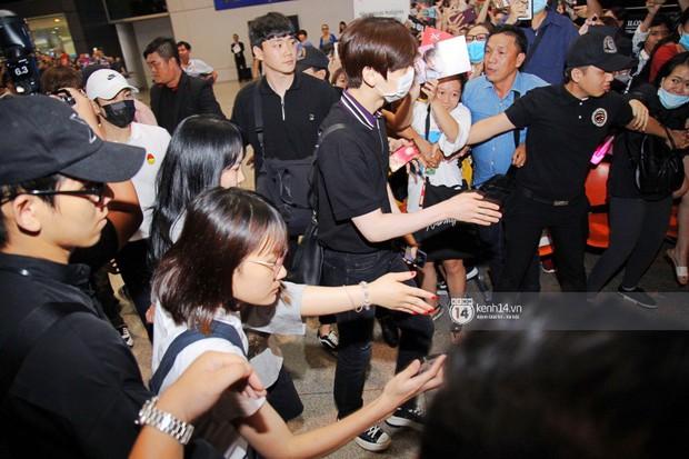 Dàn trai đẹp NUEST đổ bộ sân bay Tân Sơn Nhất, nam thần hiếm có Kpop Hwang Min Hyun nổi bần bật giữa biển fan - Ảnh 10.