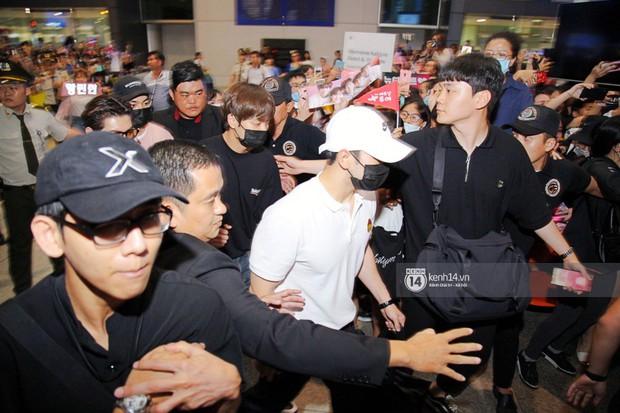 Dàn trai đẹp NUEST đổ bộ sân bay Tân Sơn Nhất, nam thần hiếm có Kpop Hwang Min Hyun nổi bần bật giữa biển fan - Ảnh 9.