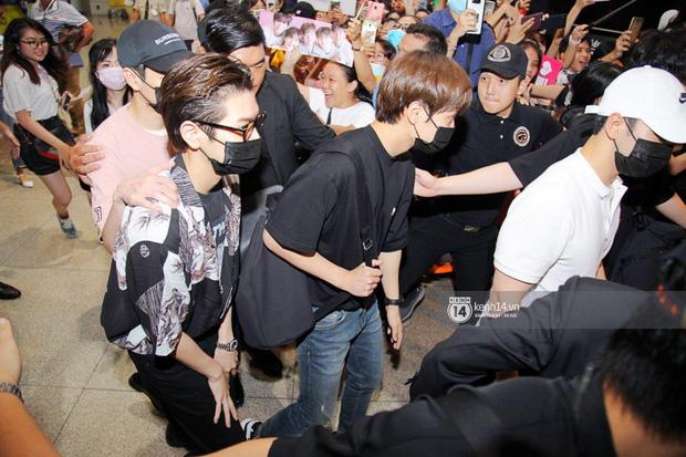 Dàn trai đẹp NUEST đổ bộ sân bay Tân Sơn Nhất, nam thần hiếm có Kpop Hwang Min Hyun nổi bần bật giữa biển fan - Ảnh 8.