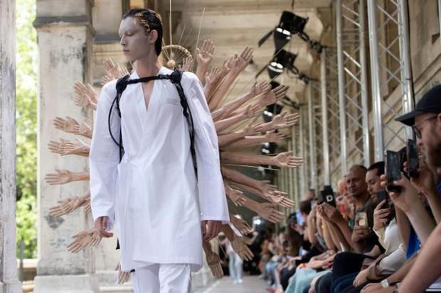 Tưởng chừng như Các vị La Hán chùa Tây Phương đã hạ phàm tại Paris Fashion Week - Ảnh 2.