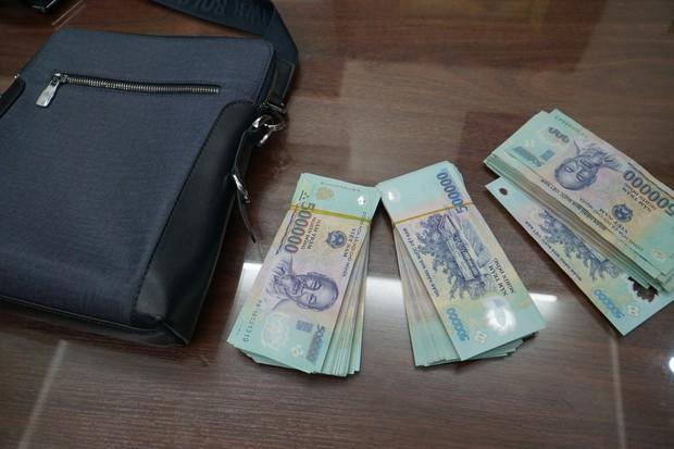 Tài xế taxi trả lại 130 triệu đồng cho du khách bỏ quên - Ảnh 2.