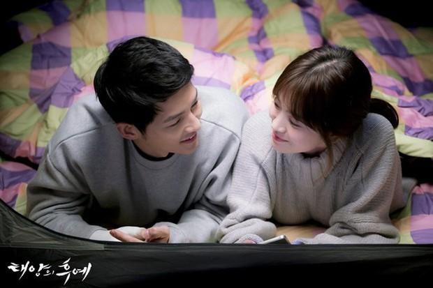"""Từng sống chết có nhau trong """"Hậu Duệ Mặt Trời"""", nay Song Hye Kyo - Song Joong Ki đã thành """"người dưng ngược lối"""" - Ảnh 1."""