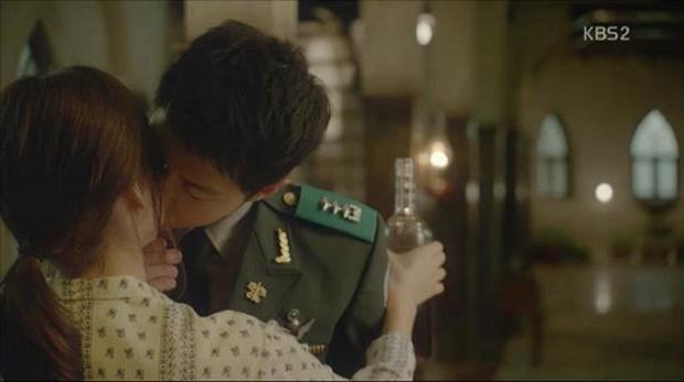 """Từng sống chết có nhau trong """"Hậu Duệ Mặt Trời"""", nay Song Hye Kyo - Song Joong Ki đã thành """"người dưng ngược lối"""" - Ảnh 8."""