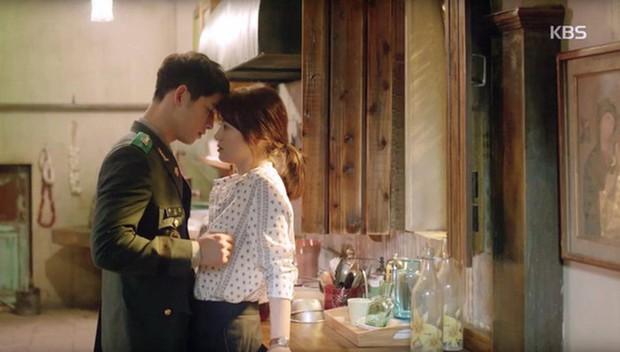 """Từng sống chết có nhau trong """"Hậu Duệ Mặt Trời"""", nay Song Hye Kyo - Song Joong Ki đã thành """"người dưng ngược lối"""" - Ảnh 9."""