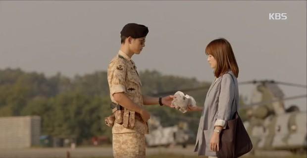 """Từng sống chết có nhau trong """"Hậu Duệ Mặt Trời"""", nay Song Hye Kyo - Song Joong Ki đã thành """"người dưng ngược lối"""" - Ảnh 5."""