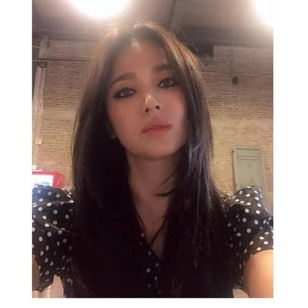 Ảnh hiếm của Song Hye Kyo 1 ngày trước khi chồng đệ đơn ly hôn: Chị vẫn đẹp nhưng biểu cảm đúng là đáng chú ý - Ảnh 7.