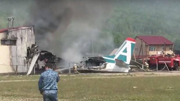 Máy bay Nga trượt đường băng bốc cháy ngùn ngụt - Ảnh 1.