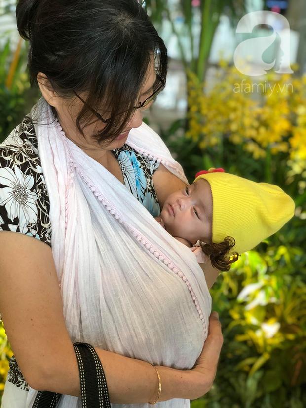 Bé gái bị mẹ bỏ rơi treo trên rẫy cà phê, mũi có dòi đã được xuất viện về Việt Nam sau gần 3 tháng điều trị - Ảnh 3.