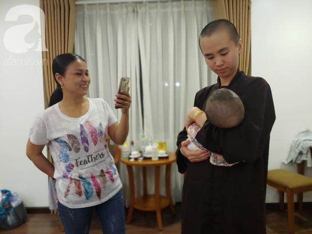 Bé gái bị mẹ bỏ rơi treo trên rẫy cà phê, mũi có dòi đã được xuất viện về Việt Nam sau gần 3 tháng điều trị - Ảnh 7.