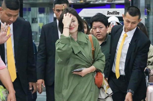 Trước khi ly hôn, Song Hye Kyo từng có phong cách sân bay xuề xòa đến đơn điệu - Ảnh 6.