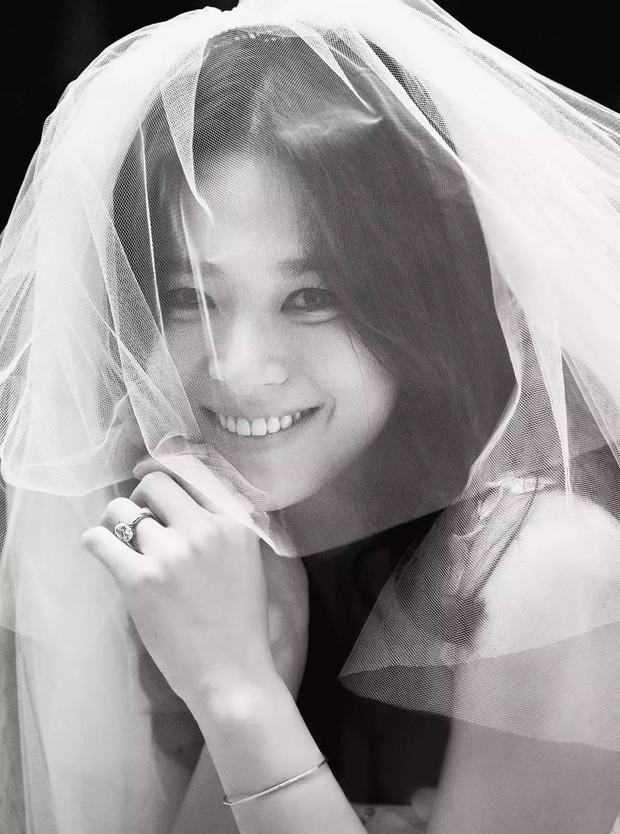 Đau lòng nhất hôm nay: 2 ngày sau khi đệ đơn ly hôn, Song Hye Kyo vẫn giữ bức ảnh cưới 4 triệu like từ 2 năm trước - Ảnh 7.